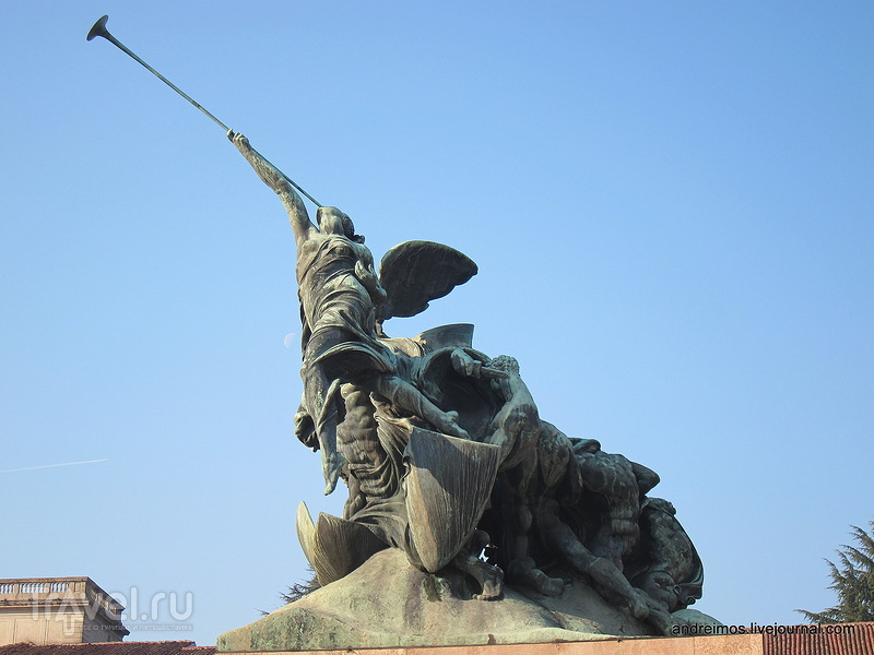 Памятник павшим Монцы (Monumento ai caduti di Monza)  в Монце, Италия / Фото из Италии