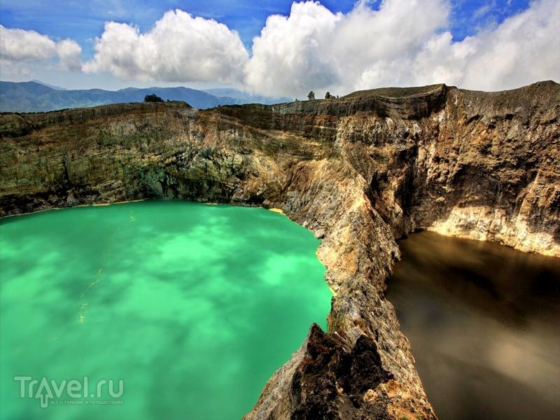 Расположенный на индонезийском острове Флорес вулкан Келимуту / Индонезия