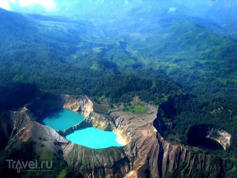 Цветовые переходы в озёрах вулкана Келимуту происходят независимо друг от друга, Индонезия / Индонезия