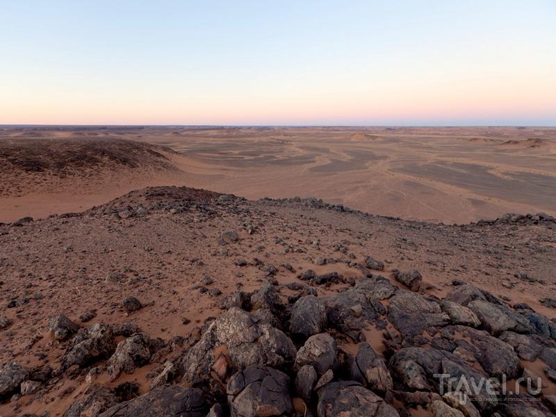 Безжизненные пространства кратера напоминают лунные ландшафты, Мавритания / Мавритания