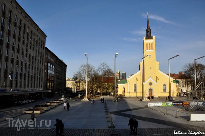 Площадь Свободы и церковь Jaani kogudus в Таллине, Эстония / Фото из Эстонии