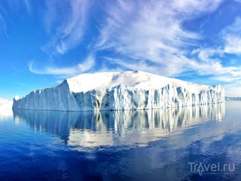 Переливающиеся оттенками синего и молочно-белого айсберги фьорда Илулиссат / Гренландия