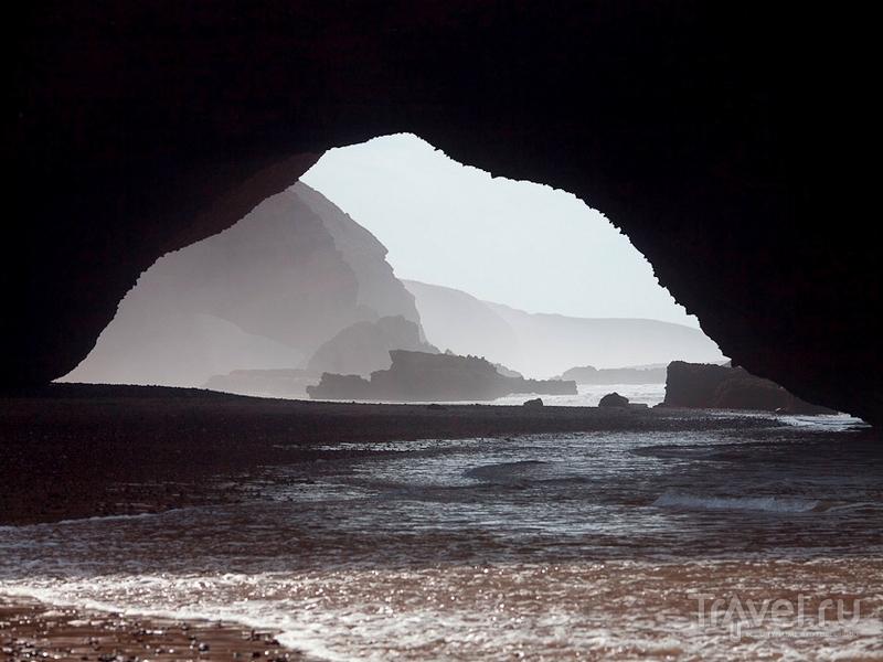 Пляж Легзира спрятан под сводами оранжево-красных скал, Марокко / Марокко