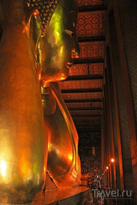 Статуя Лежащего Будды в храме Ват-По ( Wat Pho ) в Бангкоке, Таиланд / Фото из Таиланда