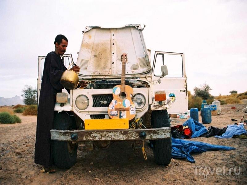 Туры по горному массиву Адрар-Акакус в Ливии проходят на внедорожниках или верблюдах / Ливия