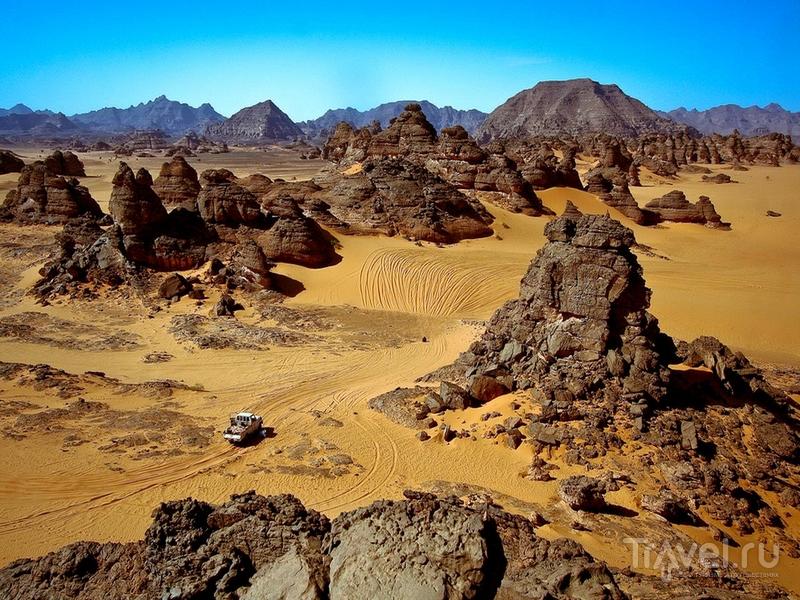 Окруженный песчаными дюнами и скальными выступами горный массив Адрар-Акакус / Ливия