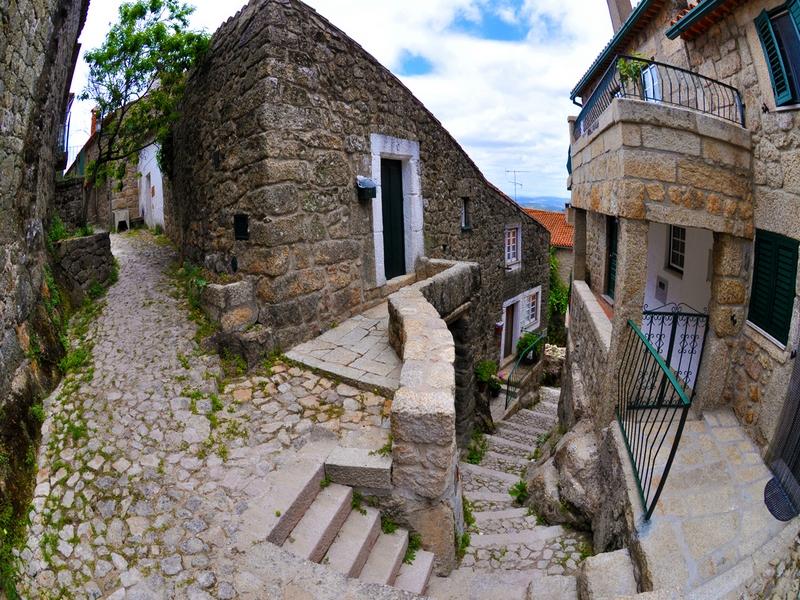 Узкие улочки в Монсанто будто бы вырезаны меж валунов, Португалия / Португалия