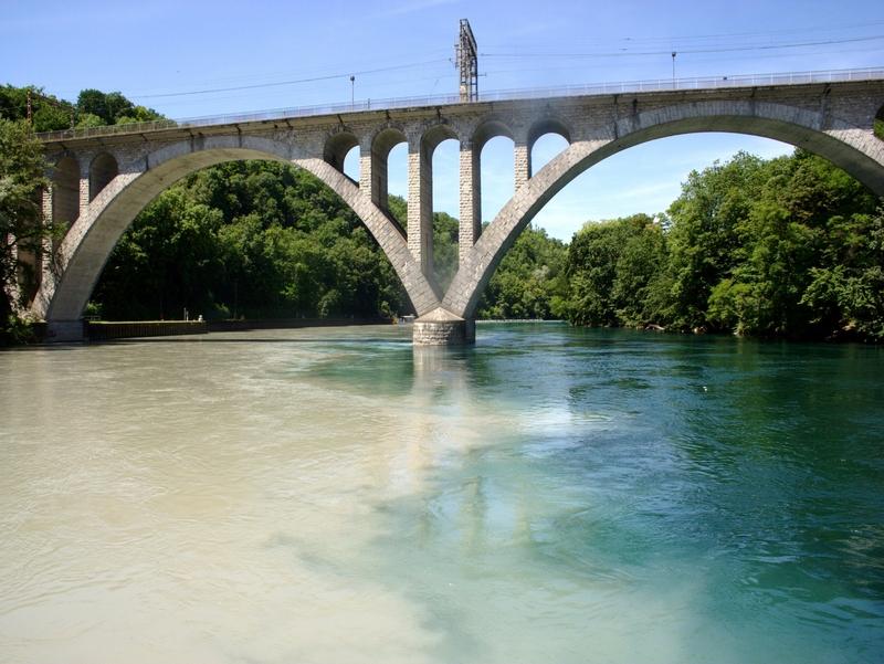 Воды Роны, вытекающей из Женевского озера (Леман), имеют бирюзовый цвет, Швейцария / Швейцария