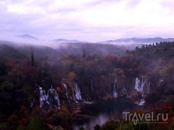 Прекрасный водопад Кравице ранним осенним утром / Босния и Герцеговина