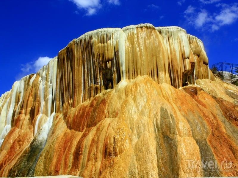 Высота холма, на котором расположены термальные источники, достигает 20 метров, Алжир / Алжир