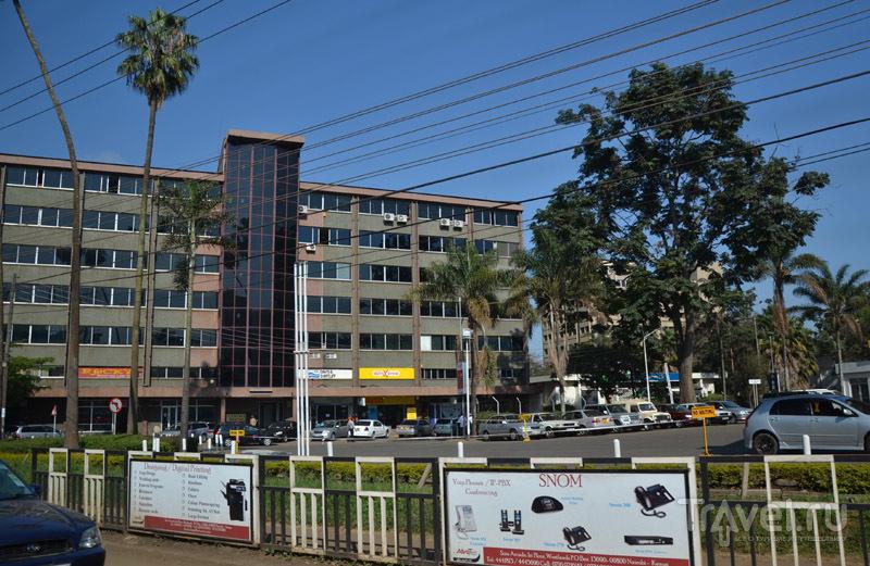 Здание с синим стеклом / Фото из Кении