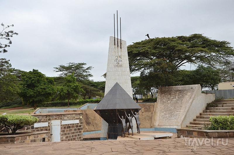 Стела к 25-летию независимости Кении / Фото из Кении