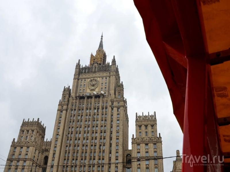 Вид на здание МИД России со второго этажа автобуса City Sightseeing