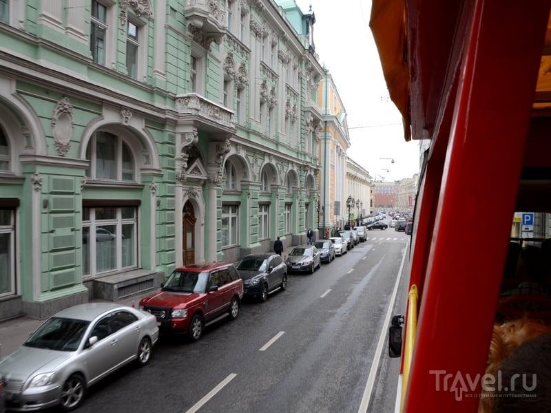 Путешествуя на втором этаже автобуса City Sightseeing можно рассмотреть архитектурные детали зданий