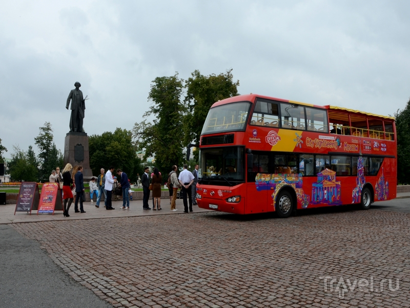 Двухэтажный экскурсионный автобус City Sightseeing возле памятника Репину