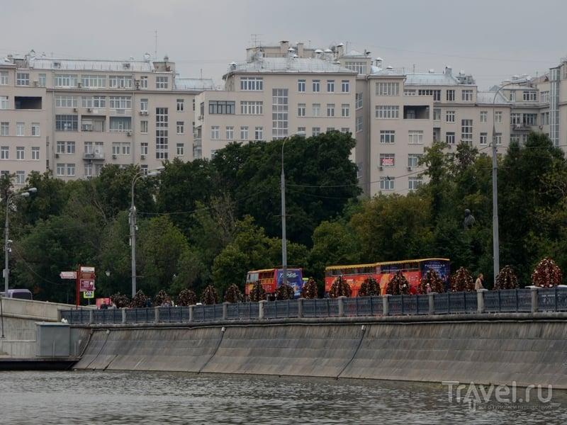 Красные автобусы City Sightseeing на Болотной набережной готовятся к отправлению