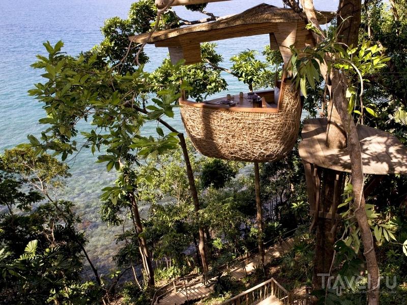 Плетеная корзина, в которой могут поужинать туристы, поднимается на высоту пяти метров, Таиланд / Таиланд