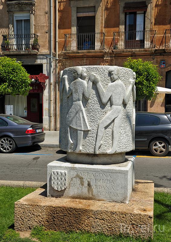Памятник сардане (Monument a la sardana) в Таррагоне, Испания / Фото из Испании