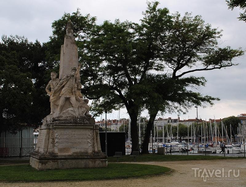 Памятник солдатам и морякам Приморской Шаранты, погибшим за Родину в Ла-Рошеле, Франция / Фото из Франции
