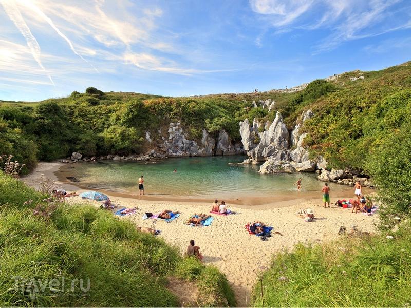 Песчаный пляж Gulpiyuri - уникальное природное явление на севере Испании / Испания