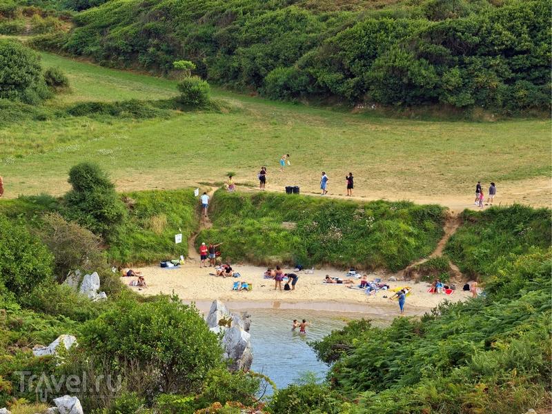 Пляж Gulpiyuri окружен равнинными ландшафтами, Испания / Испания
