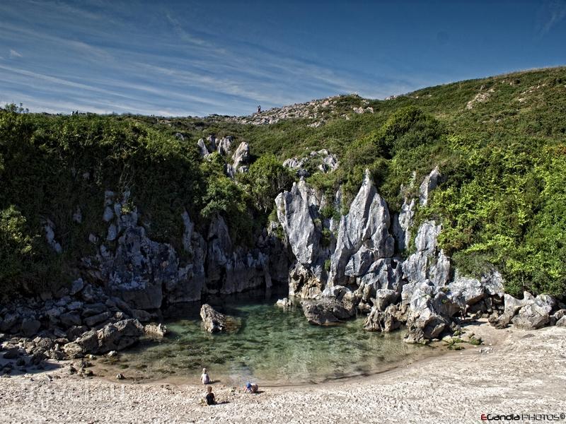 Длина пляжа Gulpiyuri составляет 40 метров, Испания / Испания