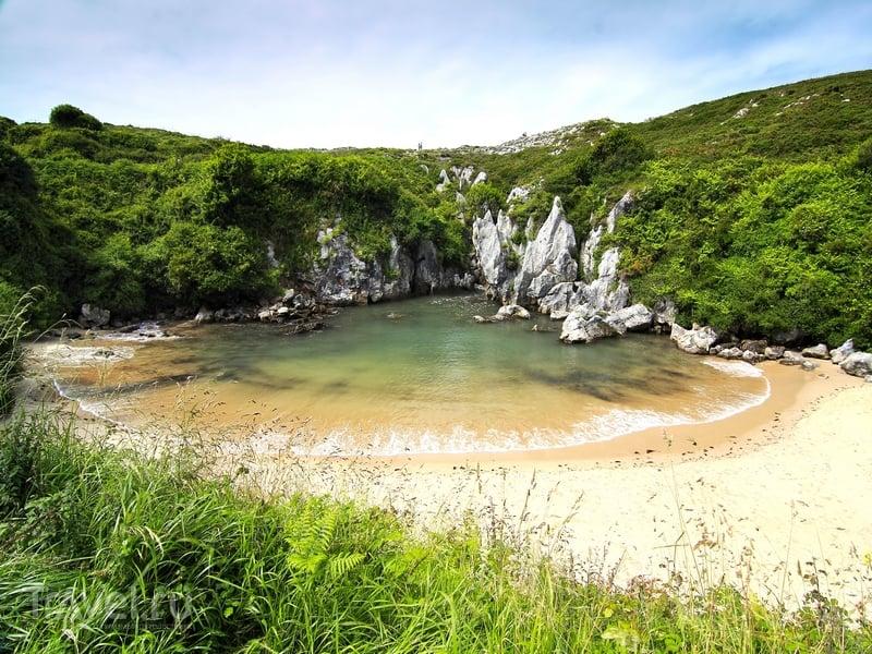 Ограниченный скалистыми возвышенностями пляж Gulpiyuri на севере Испании / Испания