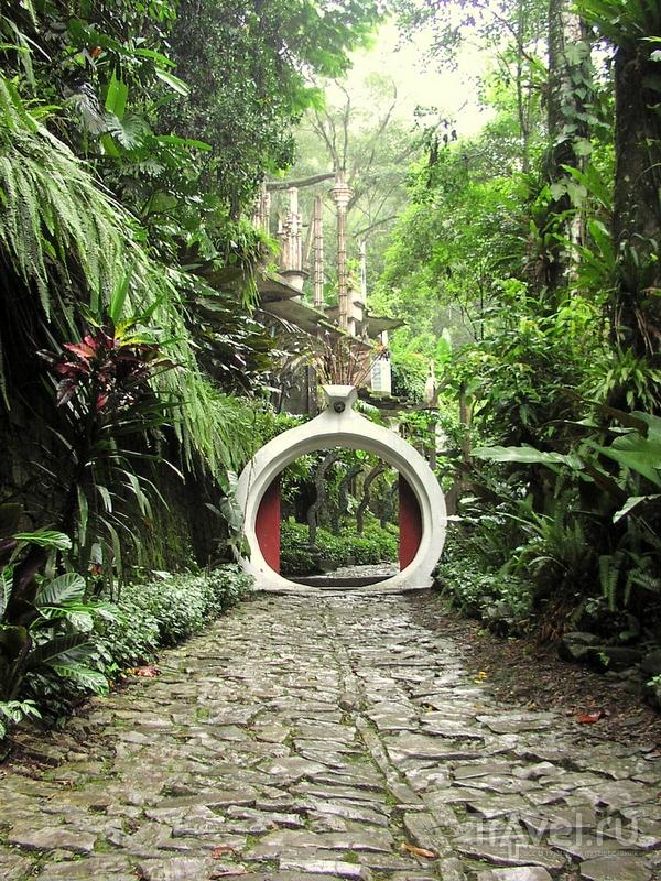 Вход на территорию садов Las Pozas проходит через большие ворота, Мексика / Мексика