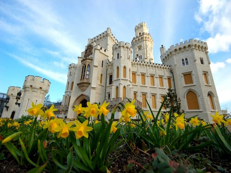 Детали готического, барочного и ренессансного стилей на фасаде замка Глубока-над-Влтавоу / Чехия