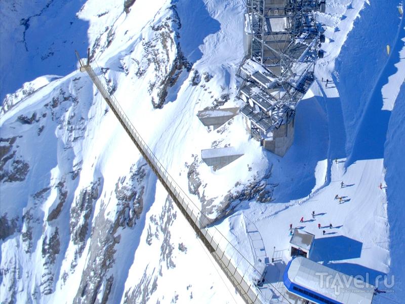 Длина моста Titlis Cliff Walk составляет 100 метров, а ширина - всего метр, Швейцария / Швейцария