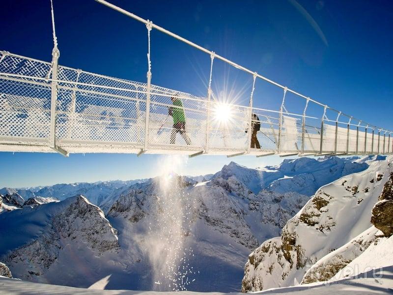 Мост Titlis Cliff Walk открыт ежедневно в течение всего года, с девяти утра до захода солнца / Швейцария