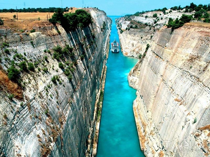 Отделяющий полуостров Пелопоннес от материковой части Греции Коринфский канал / Греция