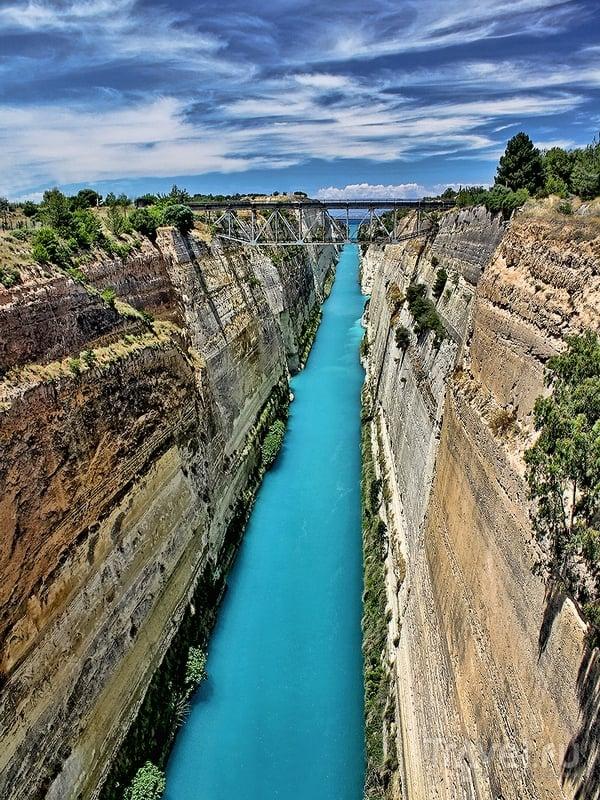 В настоящее время Коринфский канал используется в качестве туристического аттракциона / Греция