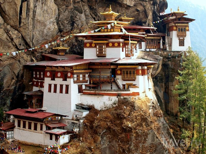 Такцанг-лакханг возвышается над долиной Паро на 700 метров, Бутан  / Бутан