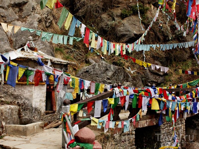 Для посещения скального монастыря Такцанг-лакханг необходимо получить разрешение, Бутан / Бутан