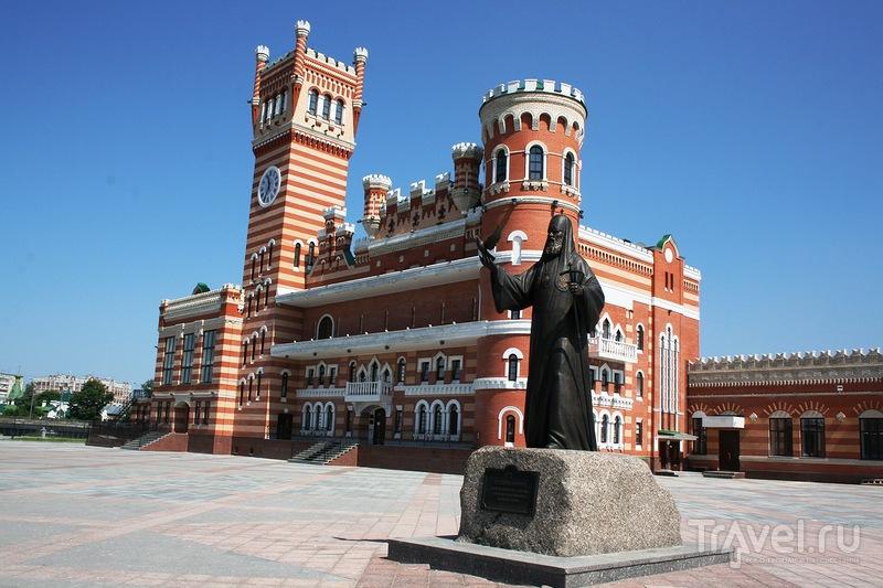 Памятник патриарху Алексею Второму в Йошкар-Оле, Россия / Фото из России