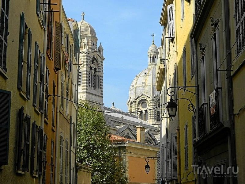 Улица rue de la Cathédrale и кафедральный собор Sainte-Marie-Majeure в Марселе, Франция / Фото из Франции