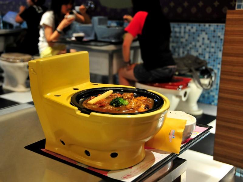 Блюда в Modern Toilet подаются в уменьшенных копиях унитазов, Тайвань / Тайвань