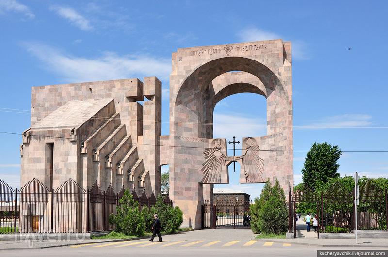 Алтарь под открытым небом является одновременно воротами у входа в Эчмиадзинский монастырь / Армения