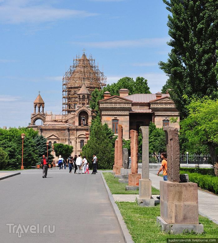 Парадная аллея Эчмиадзинского монастыря. Главный собор находится на реконструкции / Армения