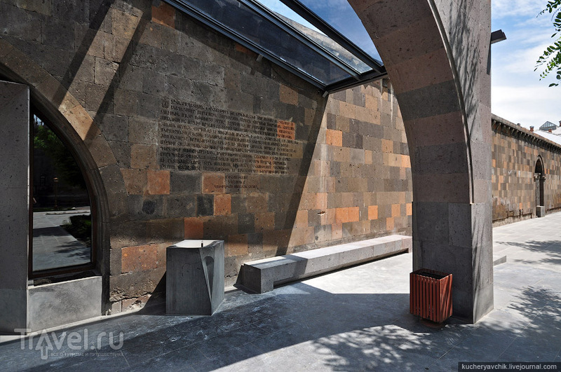 Вход в современную церковь святого Вартана / Армения
