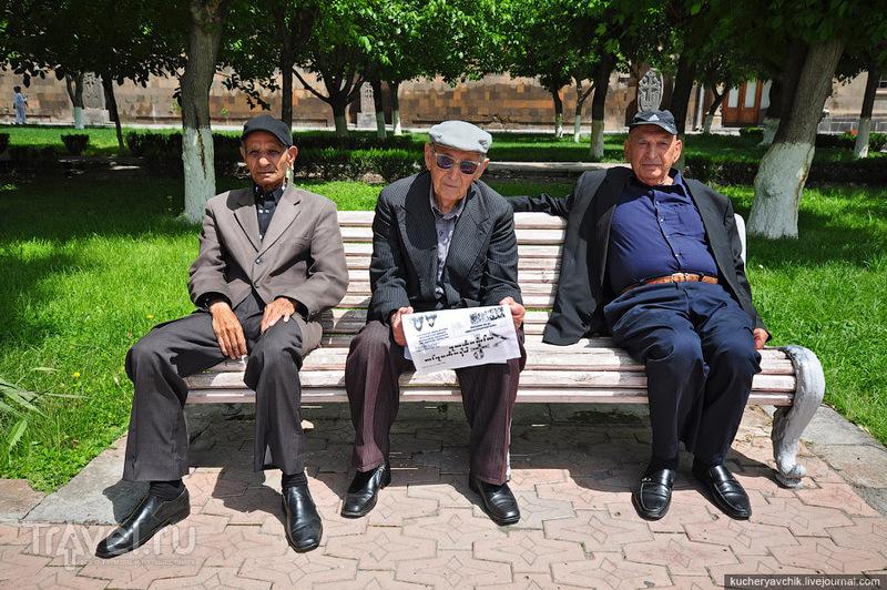 Пожилые армяне встретились на территории Эчмиадзинского монастыря / Армения