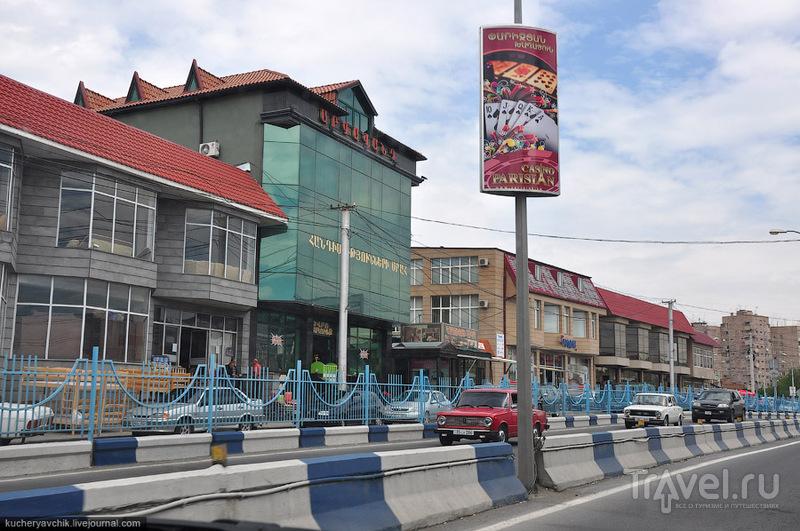 Азартная полоса проходит вдоль дороги по пути из аэропорта Звартноц в Ереван / Армения