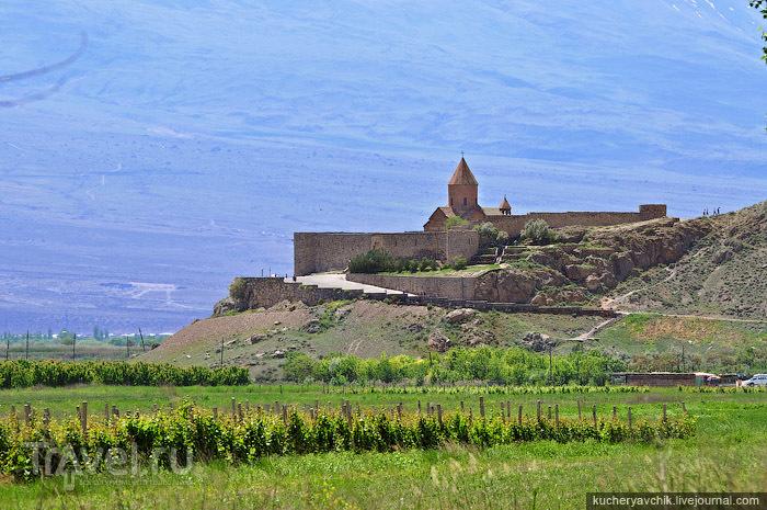 Монастырь Хор Вирап на фоне склона горы Арарат. / Армения