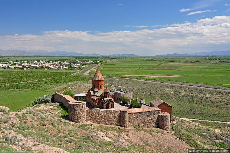 Монастырь Хор Вирап, украшение 85% открыток из Армении, был построен у подножья горы Арарат в 17 веке. Когда Арарат был в составе Армении, отсюда можно было дойти до горы пешком. / Армения