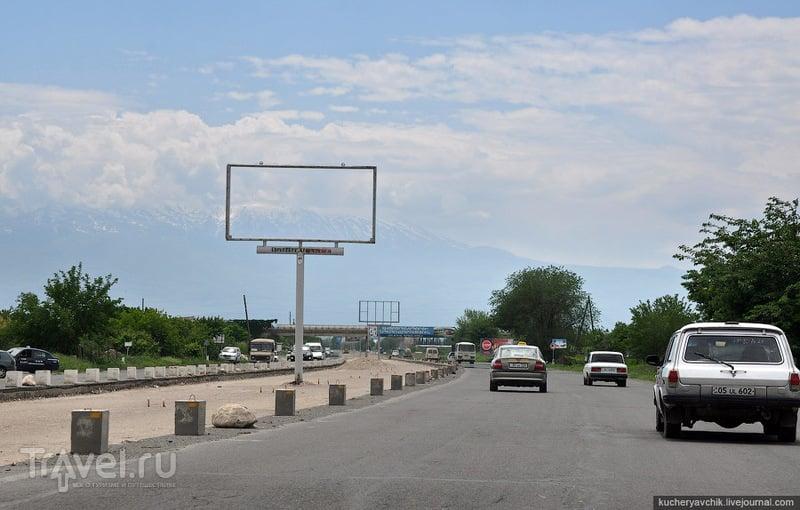 Трасса Иран-Ереван по проекту должна заканчиваться в грузинском порту Поти. Оба направления движения разделяет раскрытая канава, в которой на одинаковом расстоянии установлены новые, поэтому пока ещё пустые, рекламные щиты. / Армения