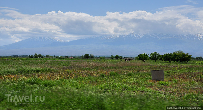 Арарат имеет две вершины: Малый (слева) и Большой Арарат. / Армения