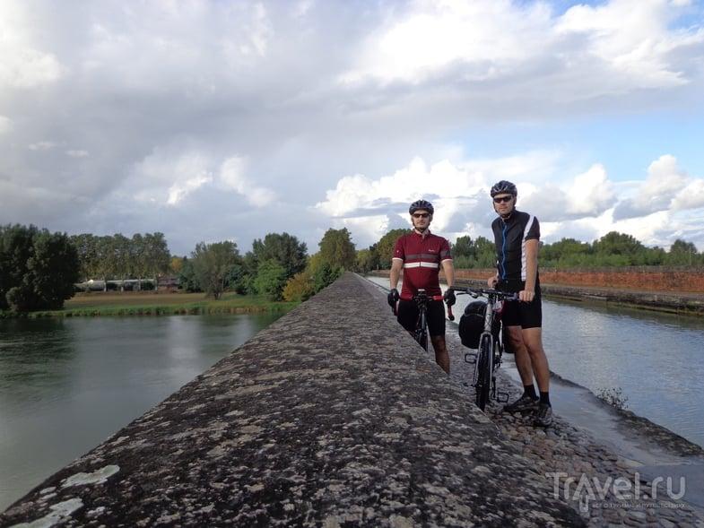 Канал проходит по акведуку через реку. / Испания