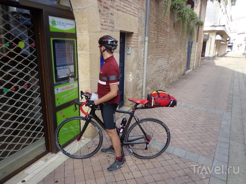 Выбираем отель в городке Marmande через туристический информационный автомат. / Испания