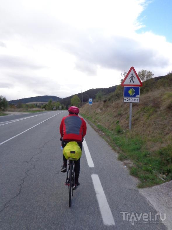 Табличка про путь пилигримов под дорожным знаком. / Испания